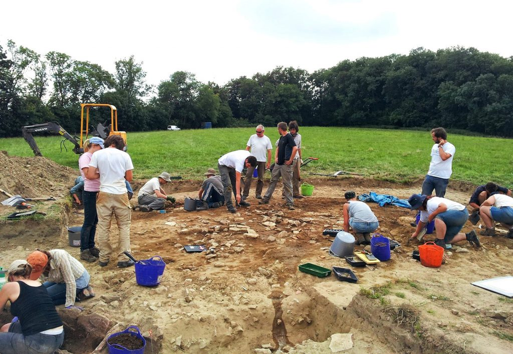 Project students and staff begin to uncover the building outside the shrine enclosure. (Photographer: Malin Holst)